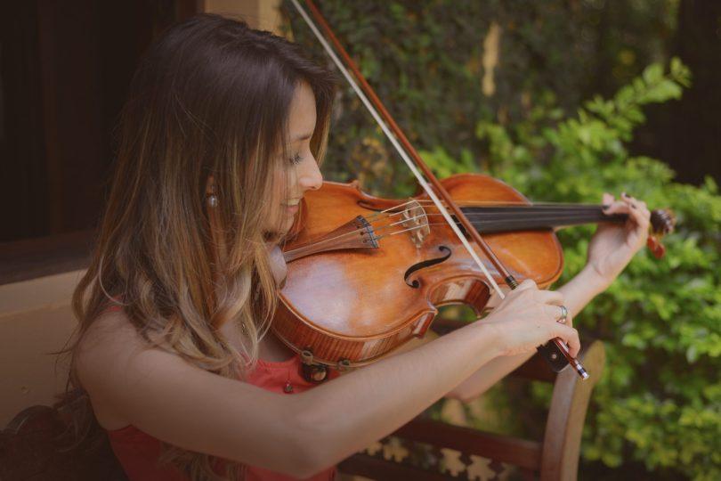 Jay Bergamini dá cursos online de instrumentos e canto
