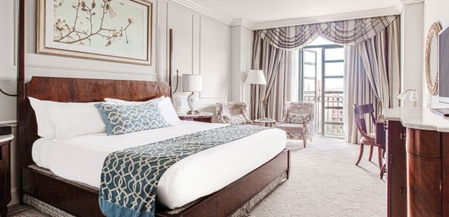 ocha_1366x650_room_premier_king_balcony01