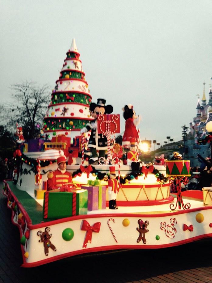 El desfile típico, ahora navideño