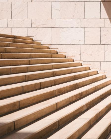 bimbo che guarda il primo gradino di una scalinata