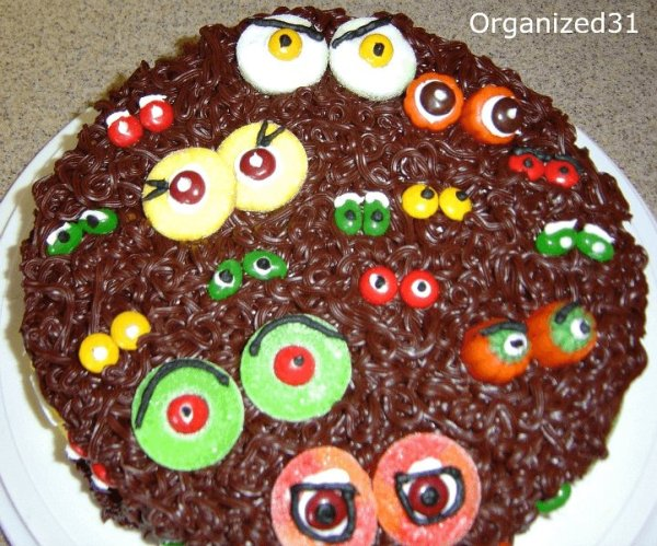 Scary Eyes Halloween Cake 21 Halloween Party Treats www.lauraslittlehousetips.com