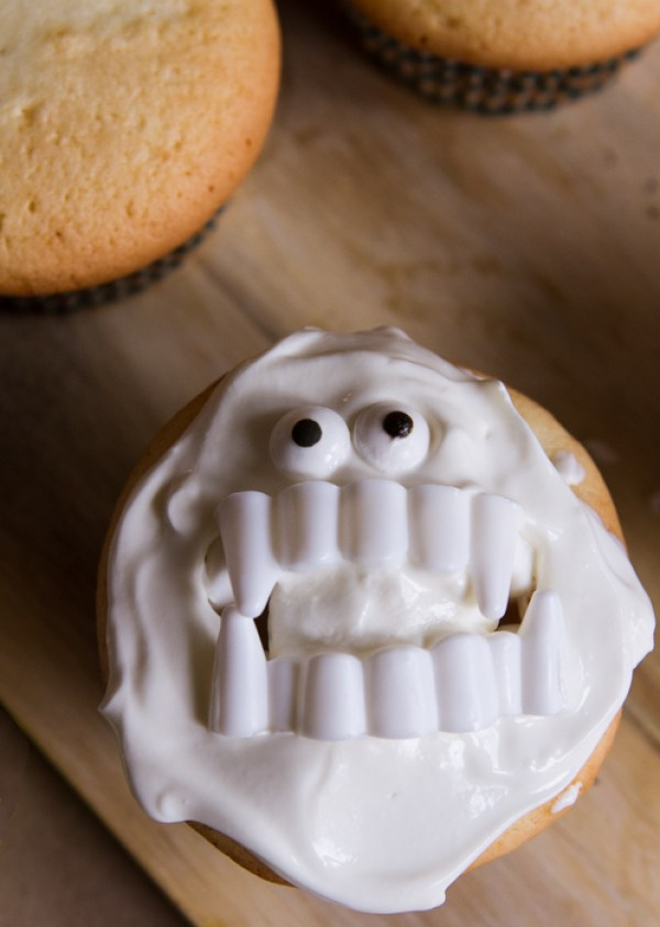 Super Easy Yeti Cupcakes 21 Halloween Party Treats www.lauraslittlehousetips.com