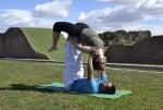 Acroyoga, el yoga más divertido en parejas y grupos – Laura Tejerina