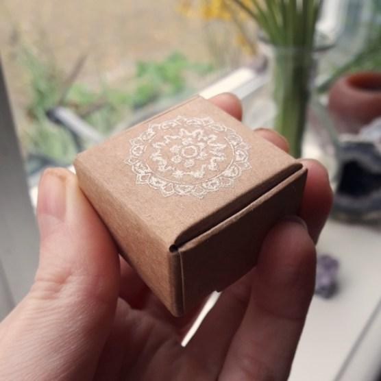 klein ringdoosje met zilveren stempel