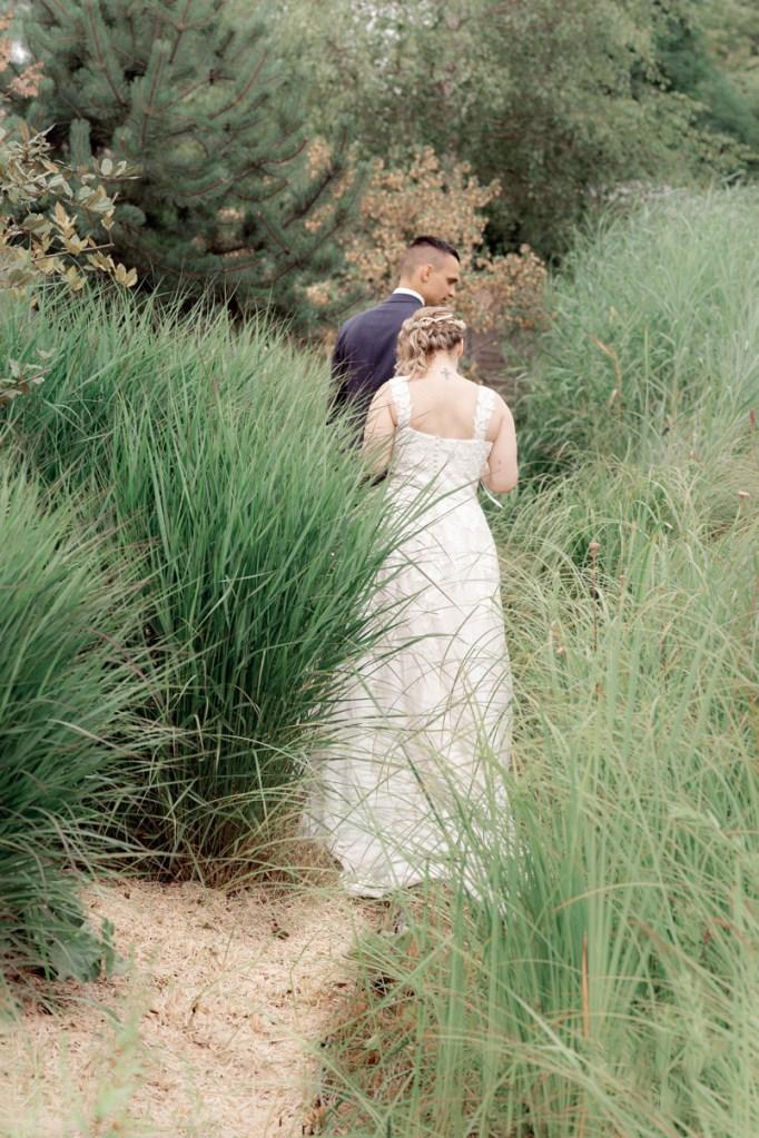 promenade des mariés dans le parc du jardin des Traces à Uckange