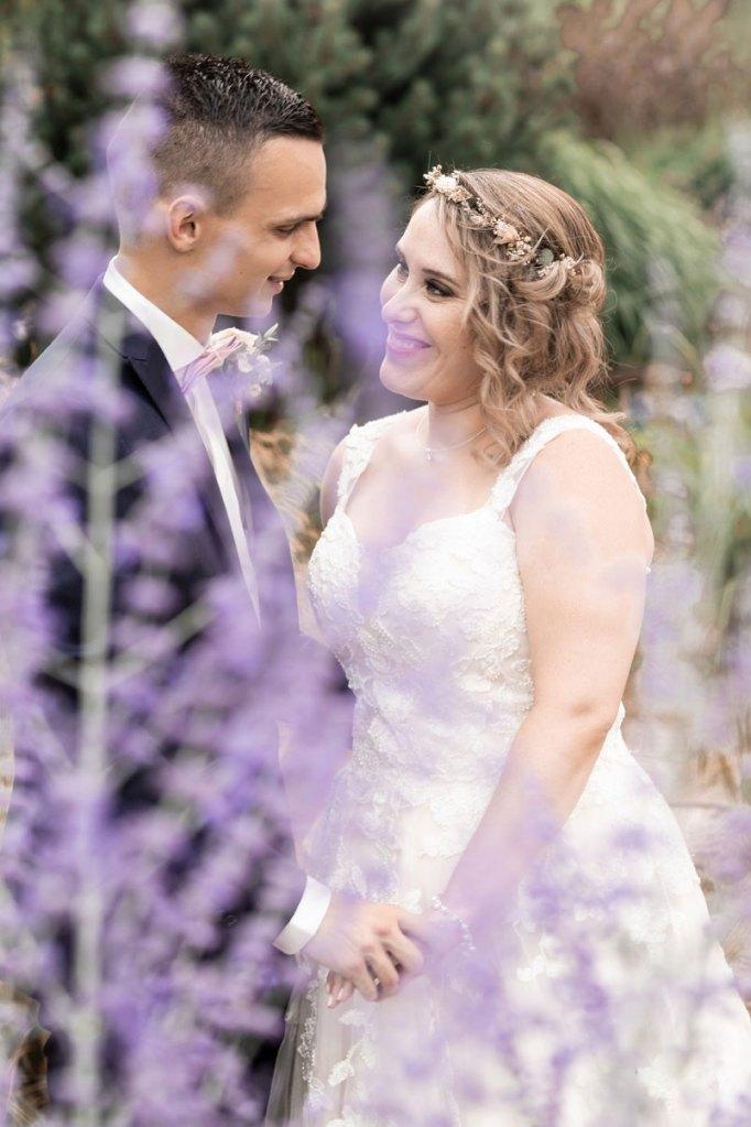 une jolie séance couple au Jardin des Traces dans une ambiance romantique