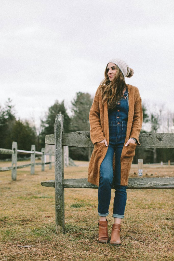 This overalls outfit is perfect for the fall and winter seasons!