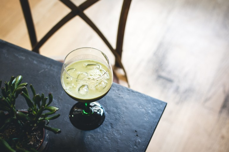 foodiesfeed.com_matcha-cocktail-in-a-café