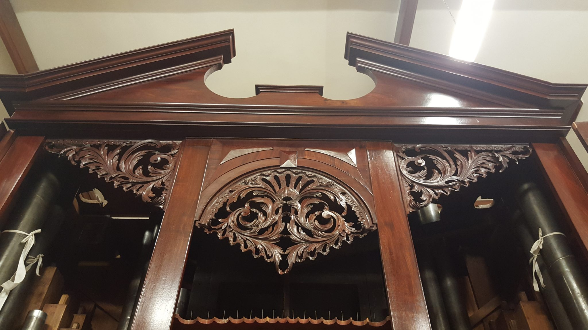Clare college in Cambridge, pipe organ case 1755, restoration, pipe shades after repairs, Laurent Robert woodcarving