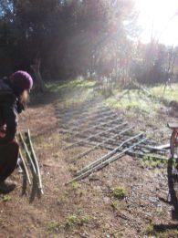 Le mur / treillis : 24 bambous dans un sens, superposés par 24 dans l'autre