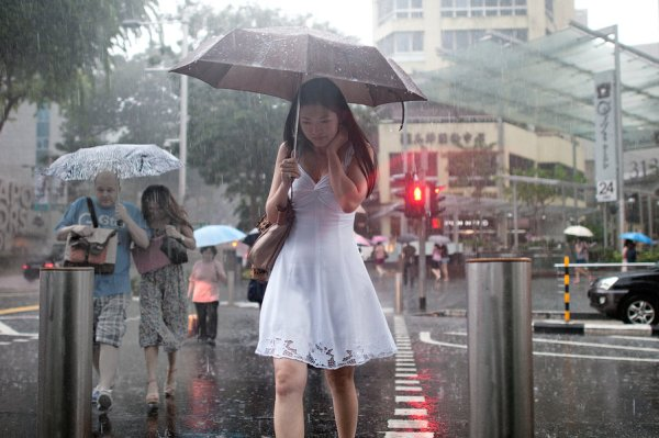 lady_in_white_in_rain street photography