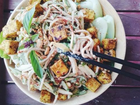 J'ai ici servi ma salade froide avec quelques cubes de tofu croustillant au cari! ©Odile Joly-Petit