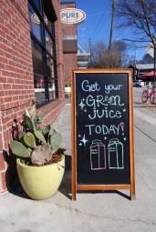 Kale Me Crazy offre une importante sélection de jus fraîchement pressés à froid, en plus de nombreux smoothies faits sur place également.