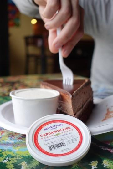 Mousse au chocolat et framboise + gelato à la cardamom à base de lait de coco et de cachou. Le gelato est produit localement.