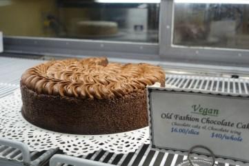 La vitrine des gâteaux (presque tous véganes) vaut à elle seule le détour! Mais attention, les portions sont gigantesques et facilement partageable!