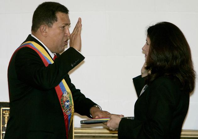 Cilia Flores le tomó el juramento al presidente reelecto, Hugo Chávez Frías en 2007.