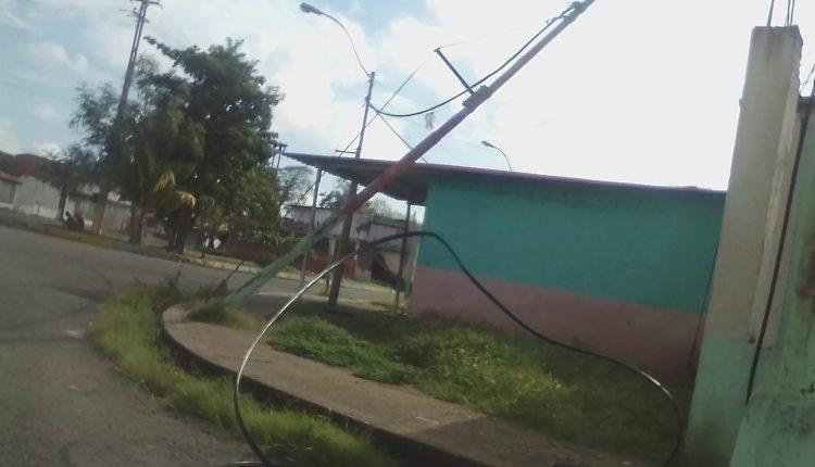Vecinos han solicitado la sustitución de los postes y no reciben respuestas