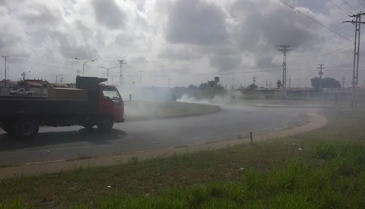 Los obreros queman los desechos que recogen en la vía principal por no tener bolsas
