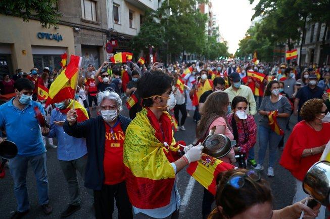 GLI SPAGNOLI HANNO PROTESTATO PER L'AZIONE DEL GOVERNO DURANTE LA CRISI EPIDEMICA DEL CORONAVIRUS
