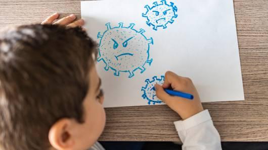 Covid, l'Australia si dà il potere di strappare i bambini ai genitori: irruzioni anche in casa, senza mandato del giudice