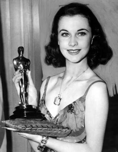 VIVIEN LEIGH holding her Academy Award for Best Actress for Gone With Wind. 1940. Foto: Everett Collection / IBL Bildbyrå