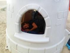 durmiendo en castillito de niños en albania