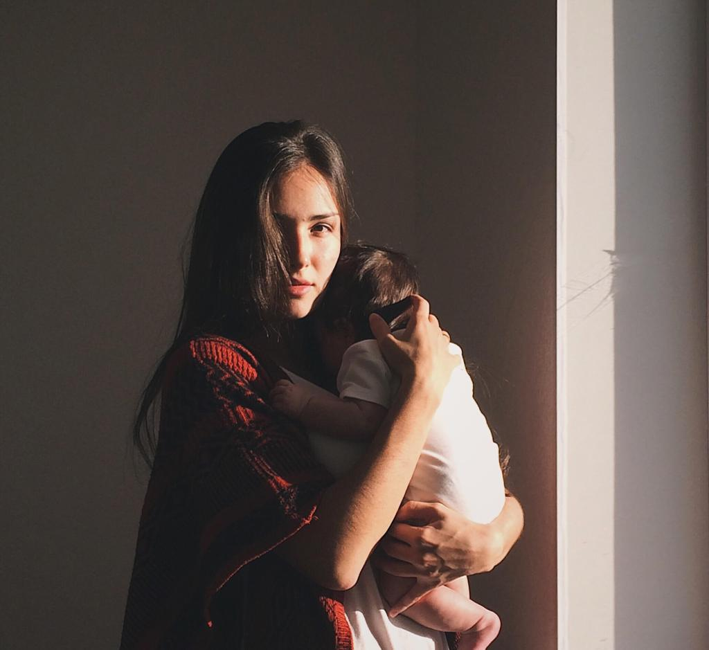 Madre mirando con bebé