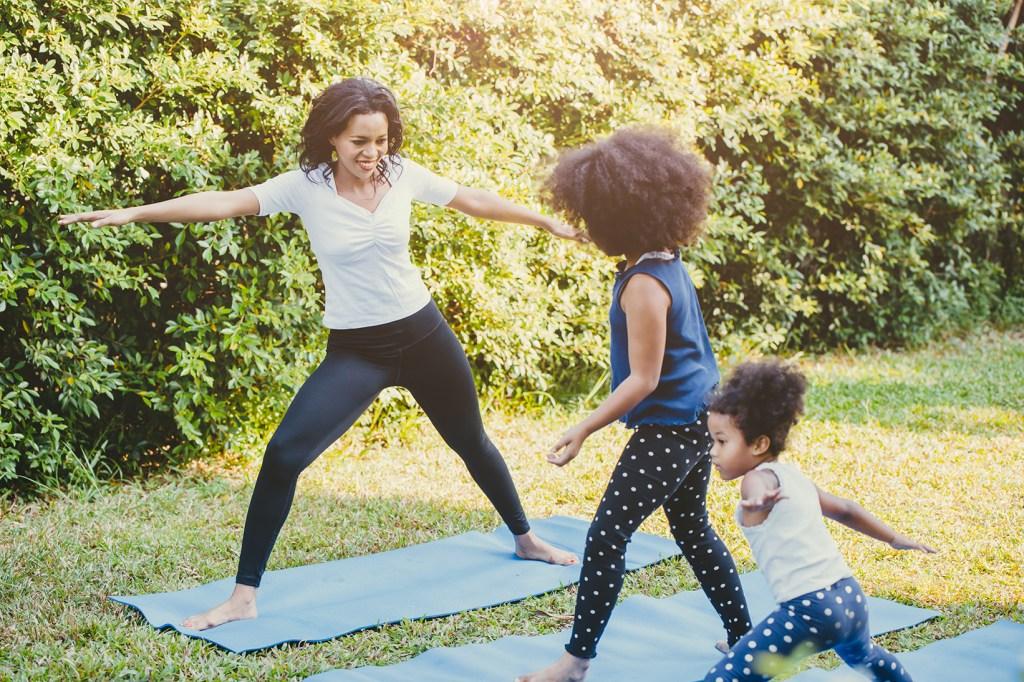 Madre con hijas haciendo yoga