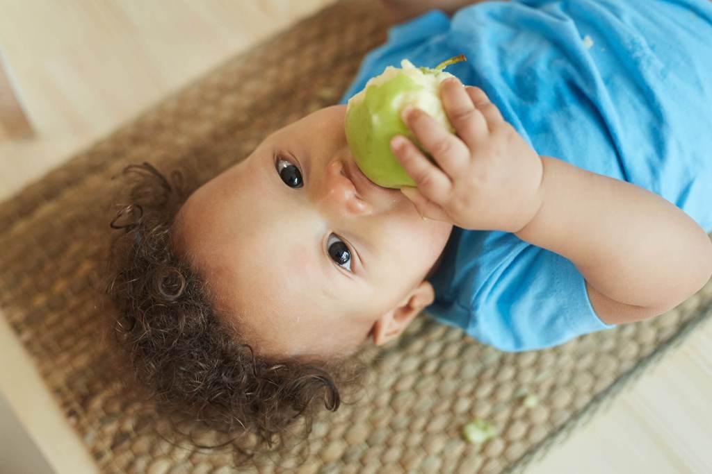 Bebé Comiendo Manzana