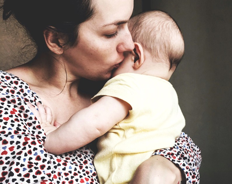 Madre besando a su bebé