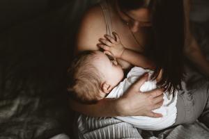 Madre dando el pecho a su hijo