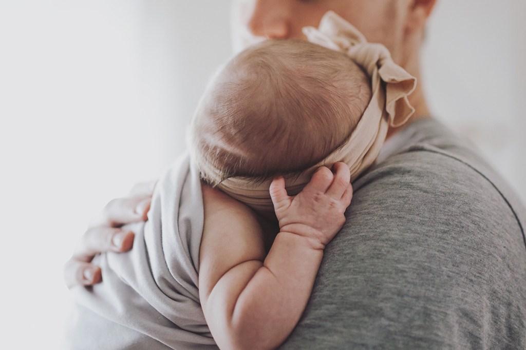 Padre con recién nacida