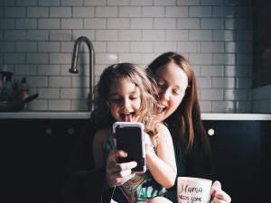 Madre e Hija con movil