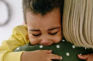 Madre abrazando hijo