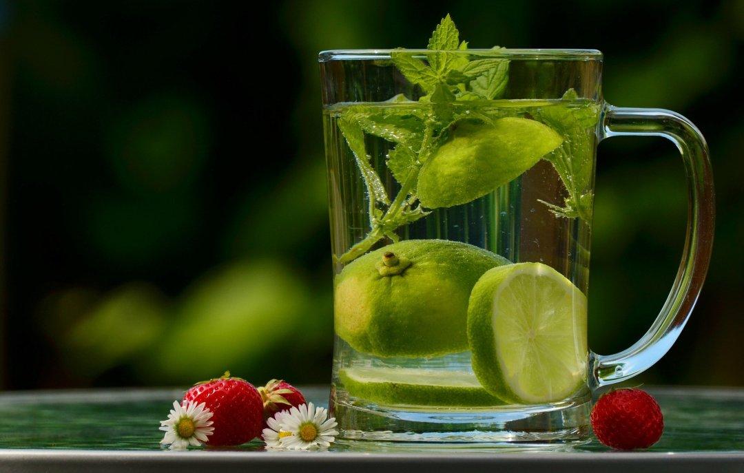 soulager les nausées de grossesse avec de l'eau et du citron