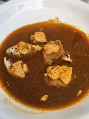 Ароматнейший бульон с гренками и соусом /// The broth of generous flavour garnished with croutons and rouille