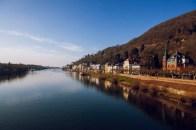 Auf der Alten Brücke Blick Richtung Theodor-Heuss-Brücke - oben rechts: Philosophenweg
