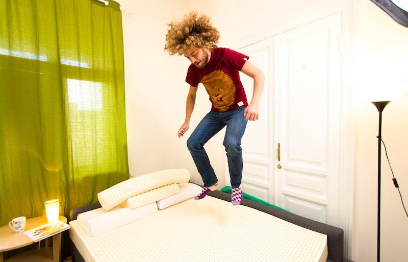 Илья Варламов прыгает на матрасе