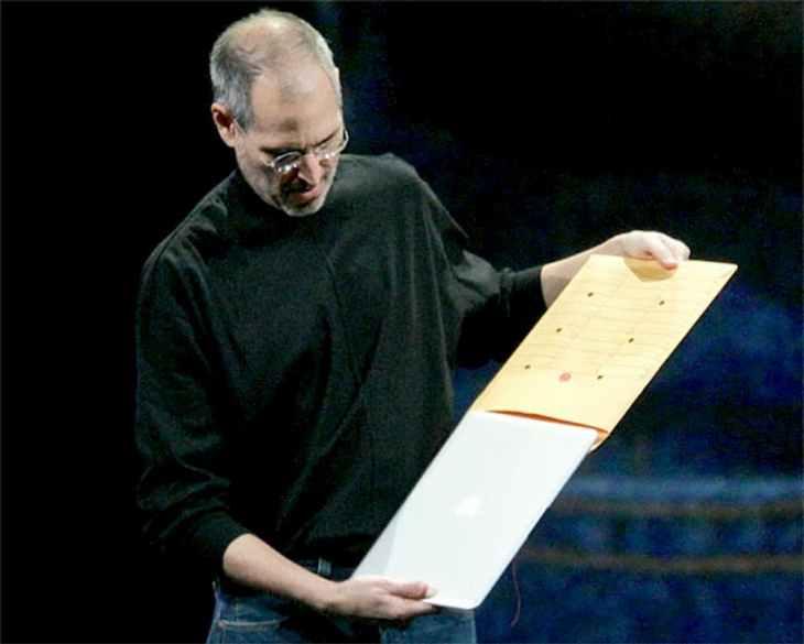 Стив Джобс и macbook air в конверте
