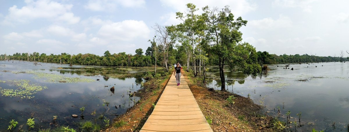 Anna di Prossima Fermata sulla passerella ad Angkor, Cambogia