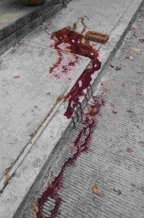 Un-charco-de-sangre-en-el-lugar-donde-quedo-tirado-el-docente-Tantoyuca