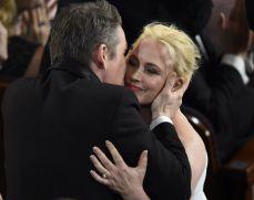 El beso de Ethan Hawke a su compañera de reparto al ganar el Oscar