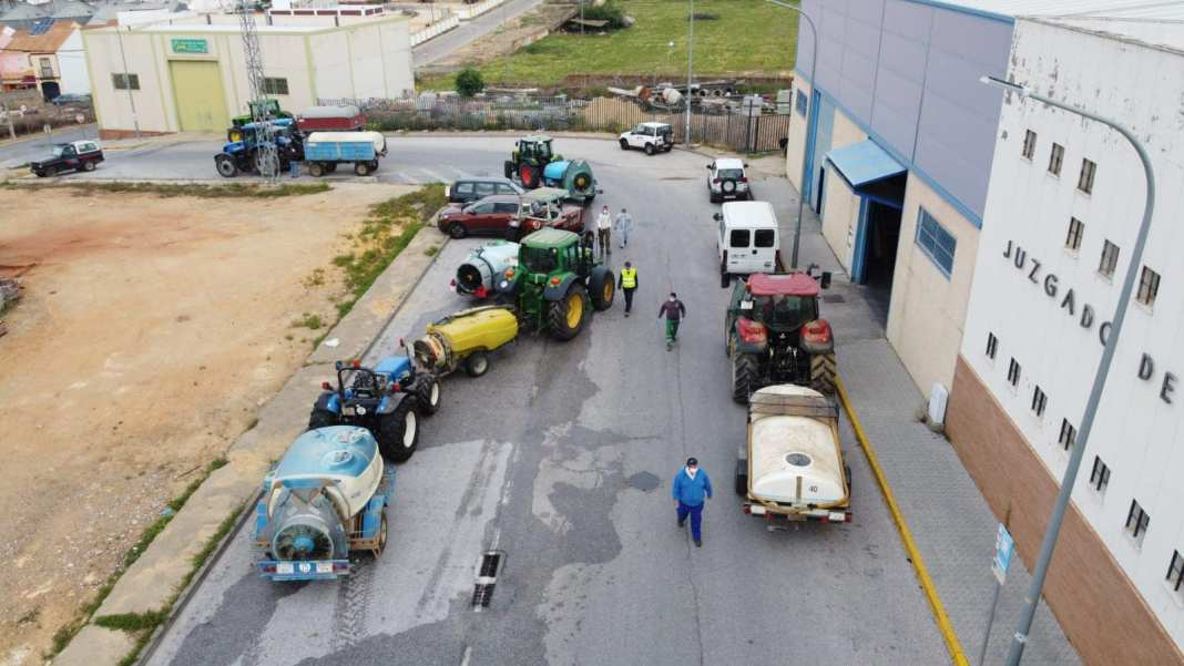 Los agricultores y operarios de la mancomunidad continúan desinfectando las calles de Mairena 2