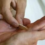 La aberrante práctica moderna de la comunión en la mano