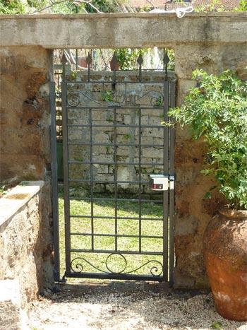 Stone Dino Gate : stone, Italy...