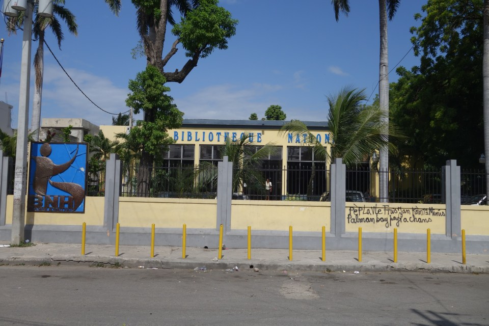 The National Library of Haiti, directly opposite the Bibliothèque Haïtienne des Frères de l'Instruction Chrétienne.  © Malick W. Ghachem, 2016.