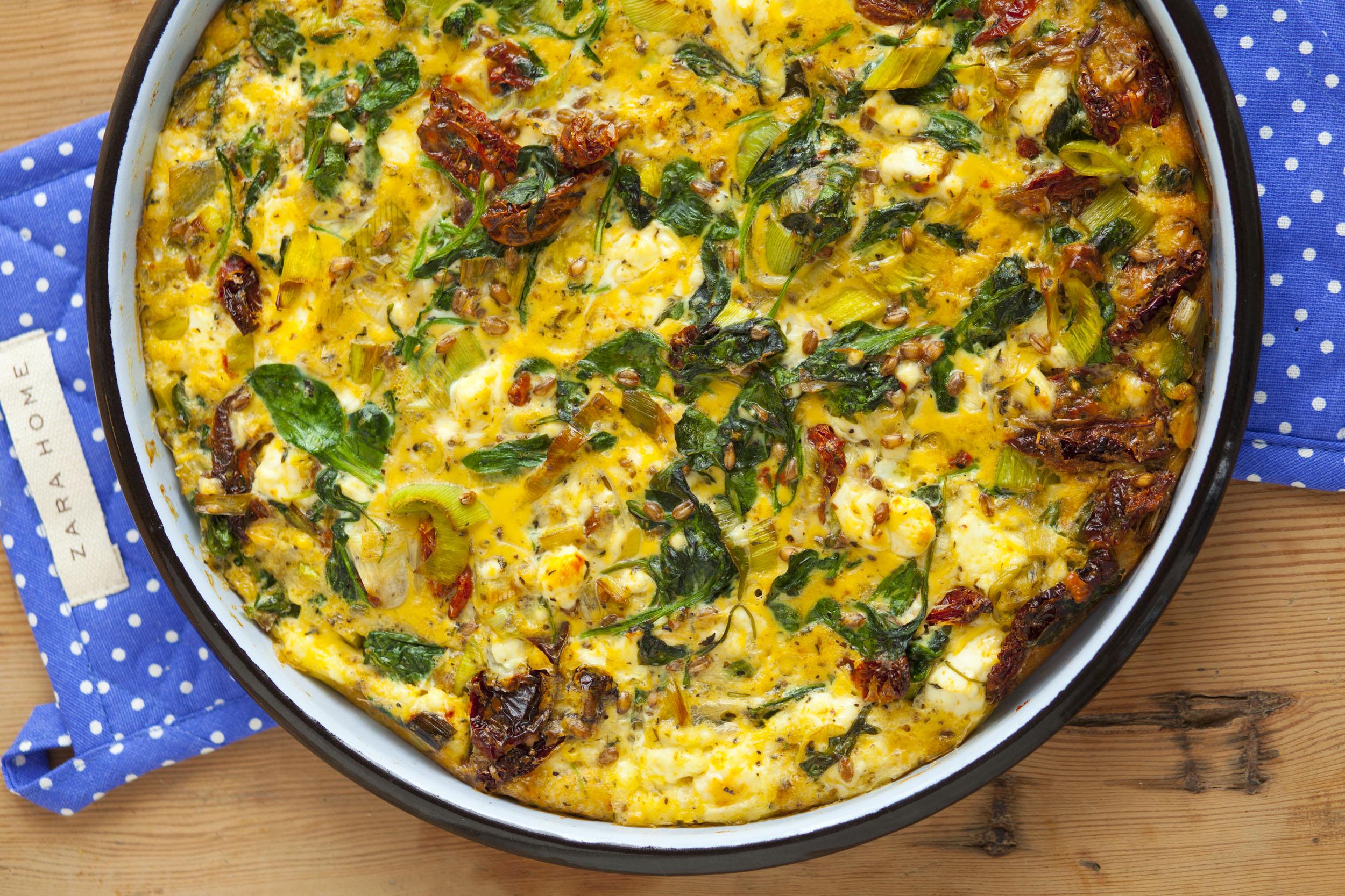 Pieczony omlet ze szpinakiem i kiełkami