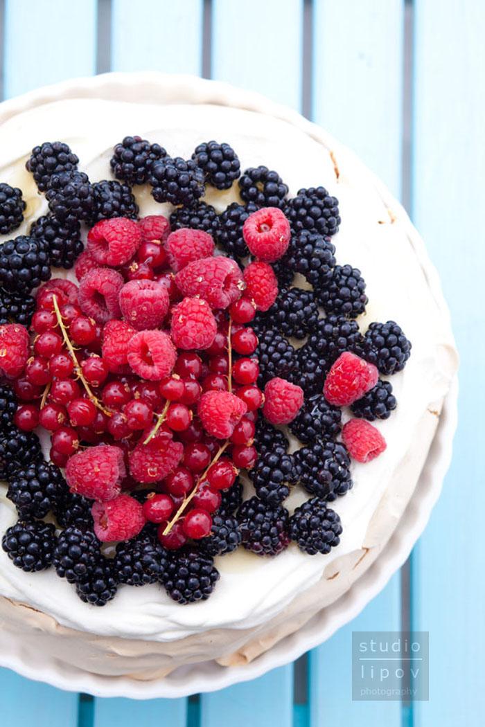 Pavlova z owocami jagodowymi