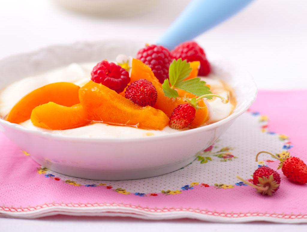 Domowy jogurt z owocami i zagęszczonym sokiem jabłkowym