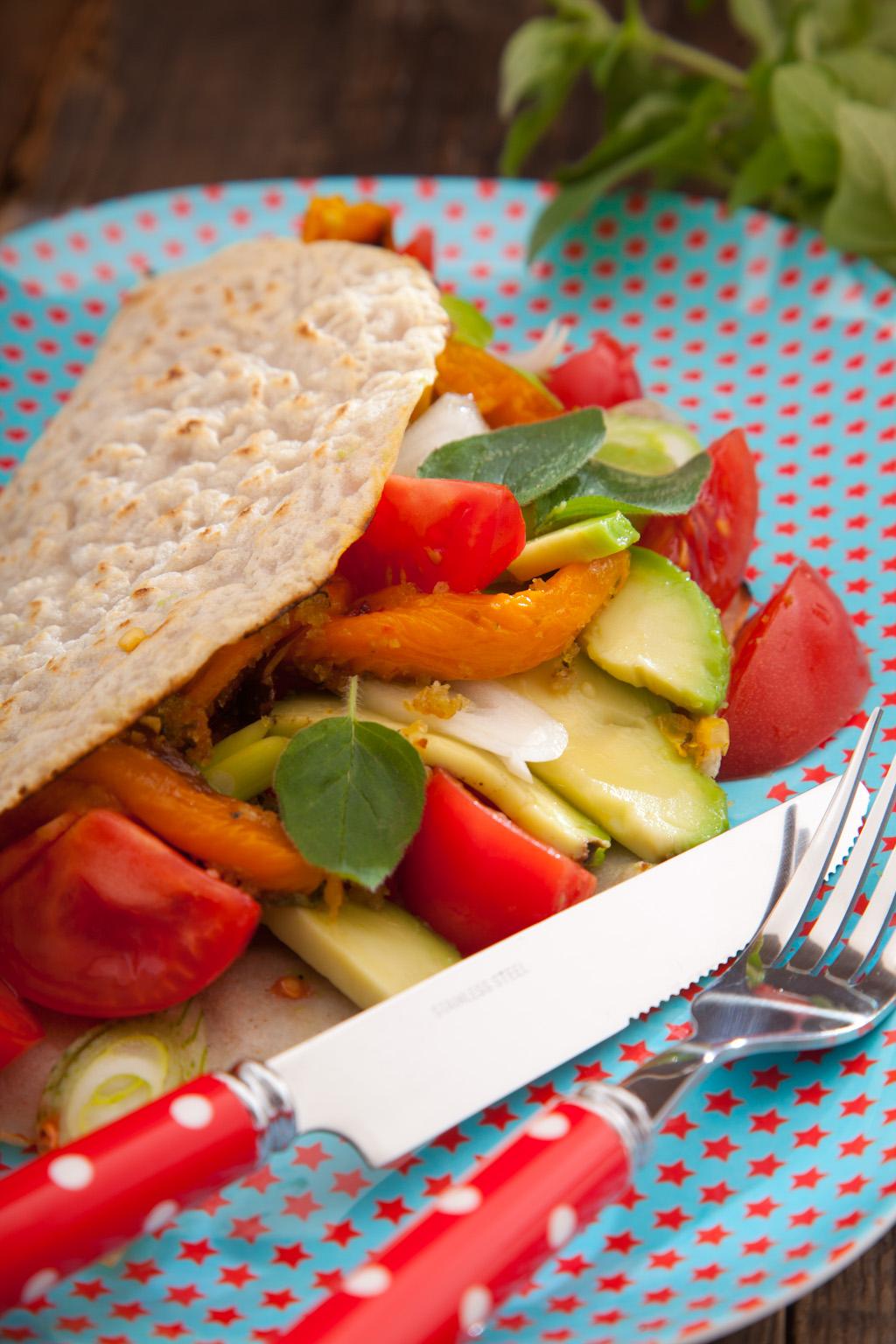 Naleśniki gryczane z bukietem świeżych warzyw i ziołową posypka